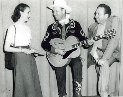 Gene Autry is interviewed in Jackson, MS, by a lady reporter and photographer Cliff Bingham. Date unknown. (Thanx to Danny Brown and Marjorie Bowron.)