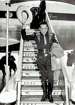 Duncan Renaldo—The Cisco Kid—lands at Heathrow Airport in the U.K. for TV appearances in 1958. (Thanx to Terry Cutts.)