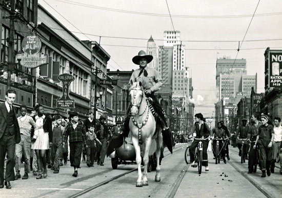 Buck Jones rides Silver in a mid-'30s Kansas City parade. (Thanx to Jerry Whittington.)