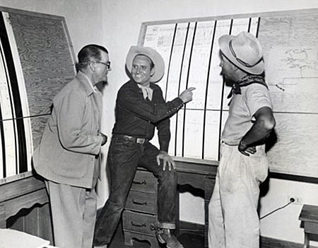 Gene in discussion with director Frank McDonald (L) and producer Lou Gray. (Thanx to Jerry Whittington.)