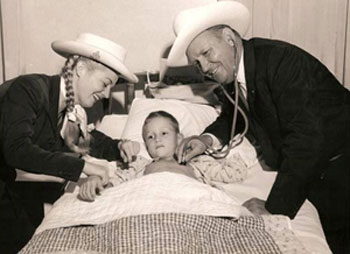 Gail Davis as Annie Oakley and Gene Autry 'play doctor' while visiting a children's hospital in the '50s. (Thanx to Bobby Copeland.)